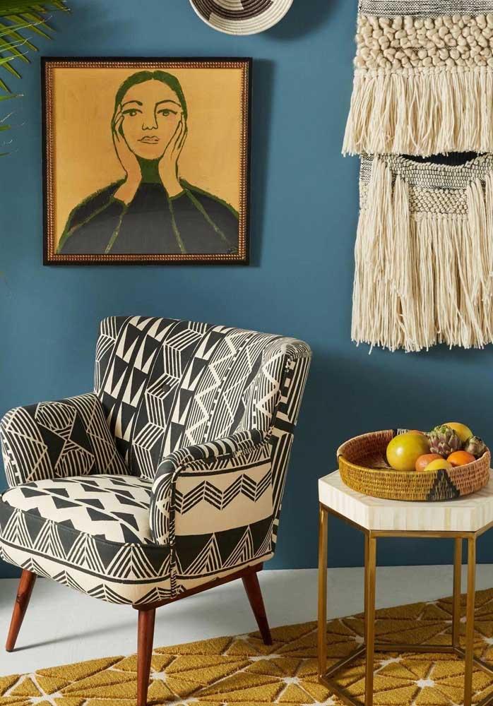Como usar poltrona decorativa estampada? Dá só uma olhada nessa ideia! A parede azul virou o pano de fundo perfeito para o tecido preto e branco
