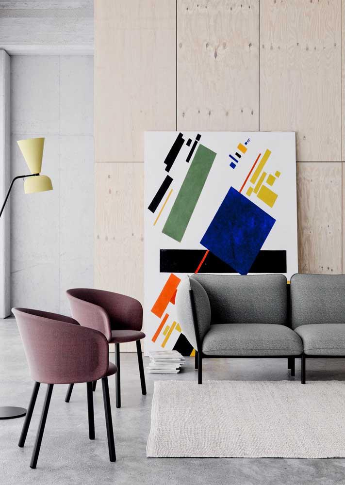 Poltronas decorativas de design clean e minimalista, assim como a decoração da sala