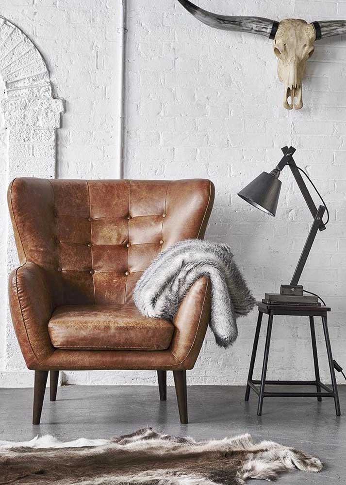 Poltrona decorativa de couro. Apesar do revestimento clássico, o design é moderno