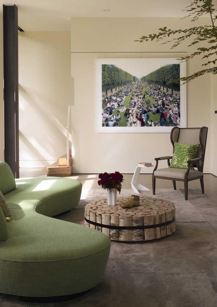 Aqui o que chama atenção é o contraste de estilos entre o sofá moderno e a poltrona clássica