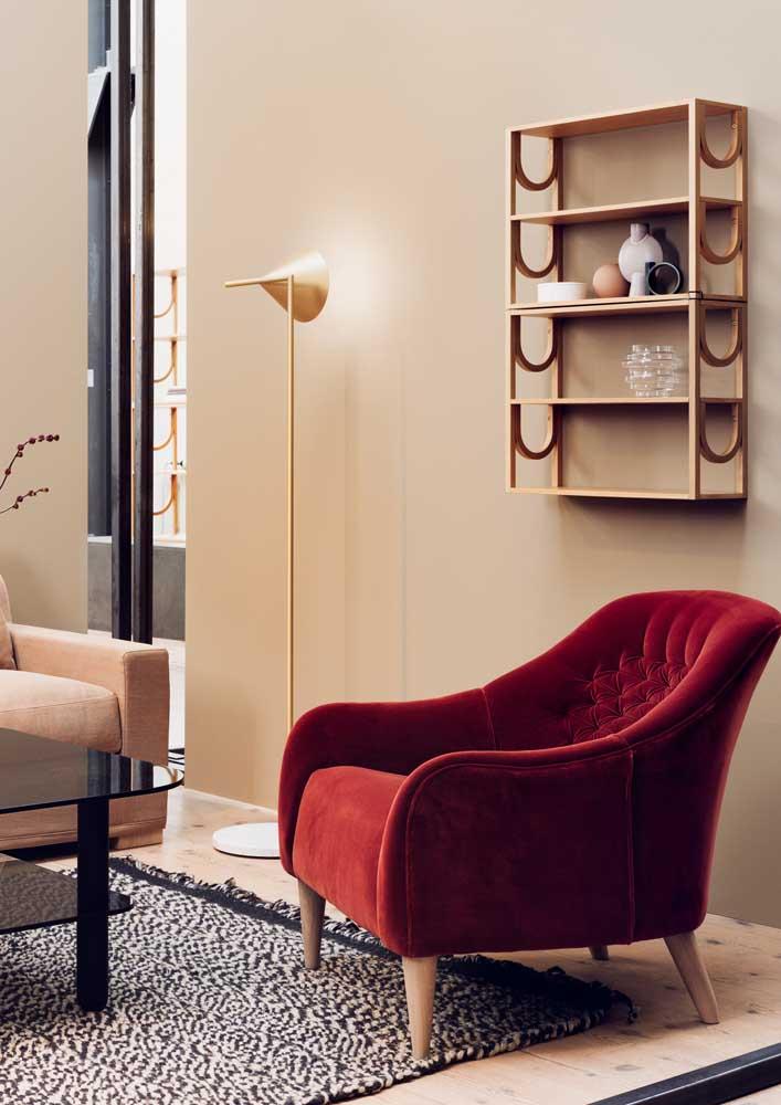 Uma poltrona de veludo vermelho para aquecer a sala