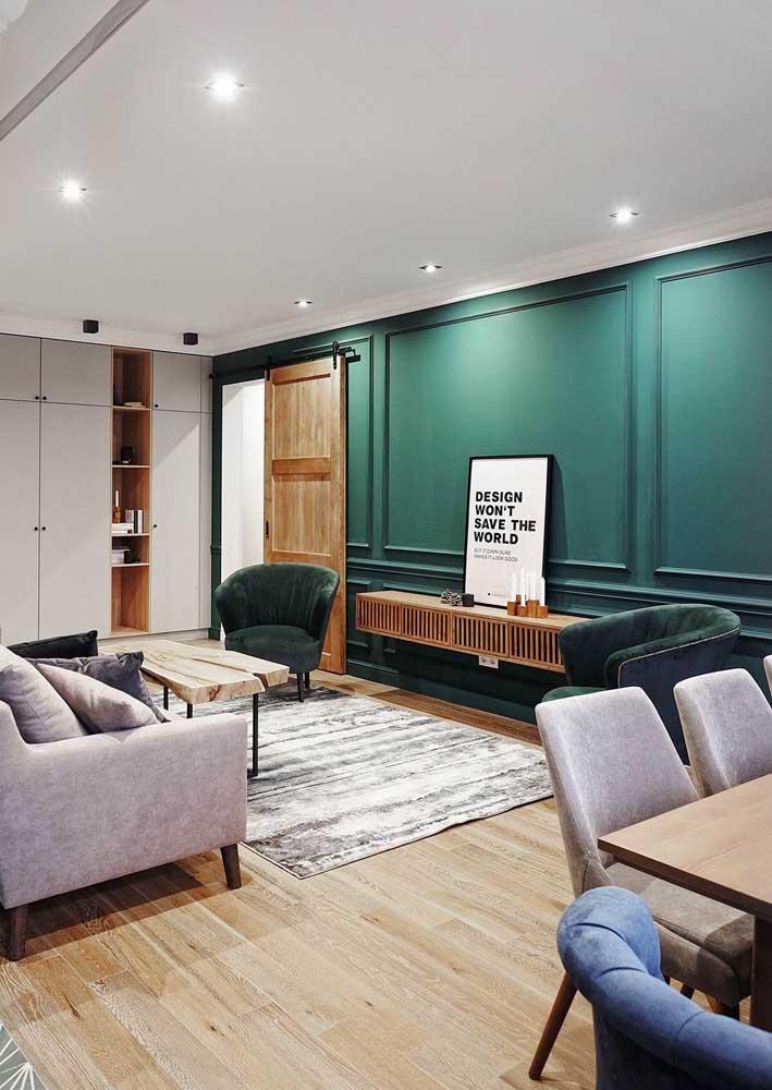 Poltronas decorativas verdes posicionadas nas laterais da sala de estar