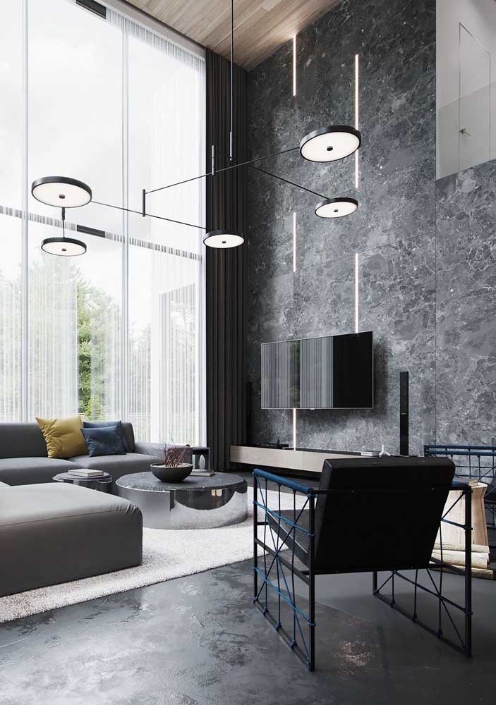 Design moderno e fora do comum para a poltrona decorativa preta dessa sala