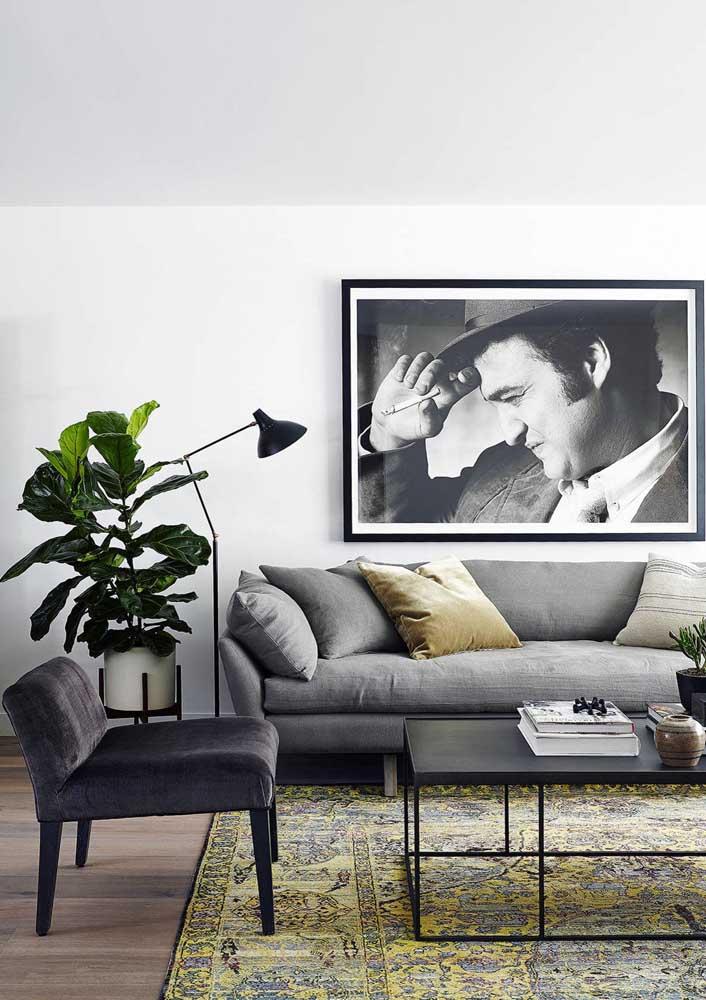 Poltrona decorativa cinza com encosto baixo: design moderno para sala de estar