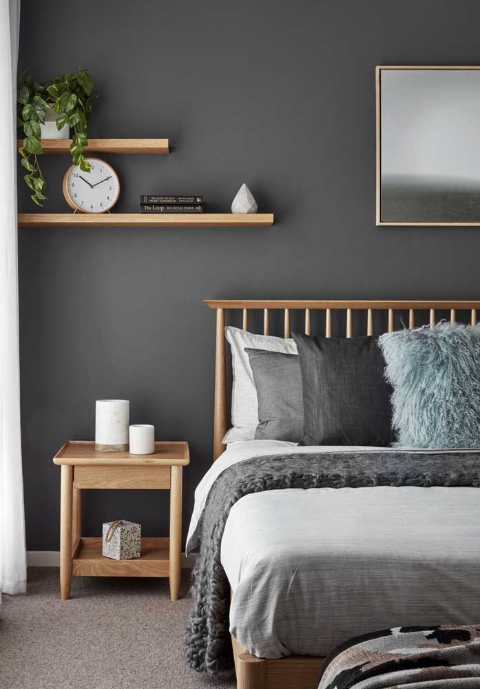 Quarto decorado de casal em tons de cinza contrastando com a madeira clara