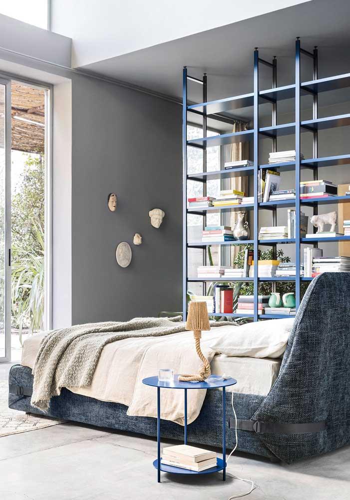Aqui, a estante de livros faz a divisão entre os ambientes do quarto de casal decorado