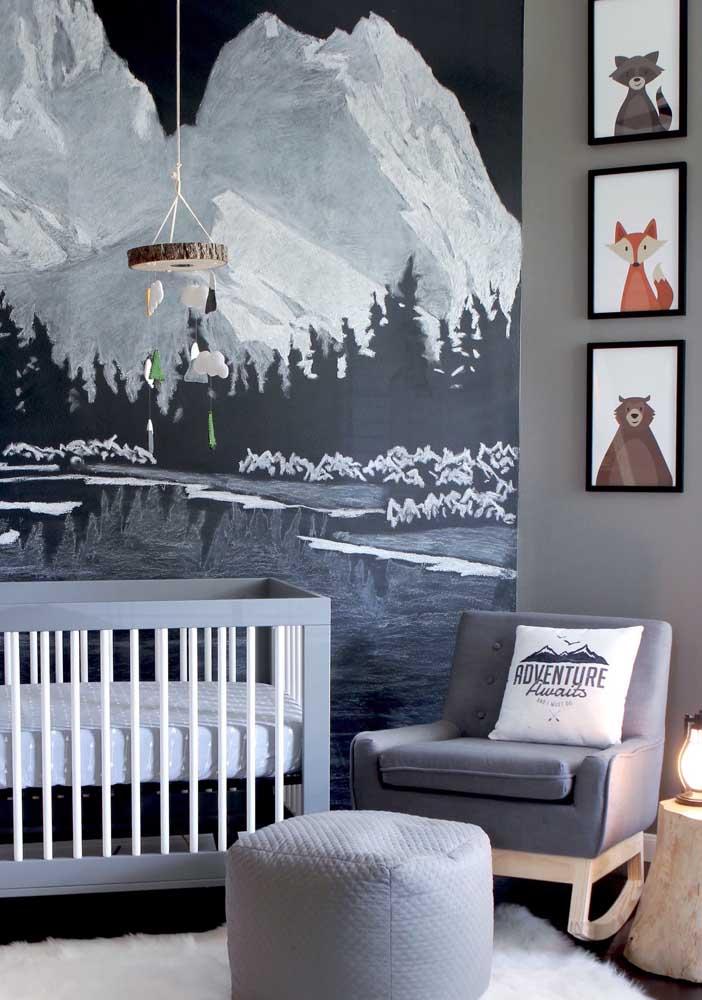 Quarto decorado de bebê com papel de parede