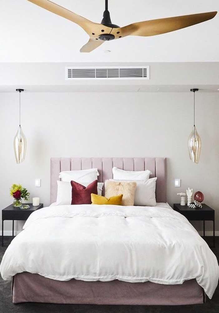Aqui, o branco forma a base da decoração do quarto de casal