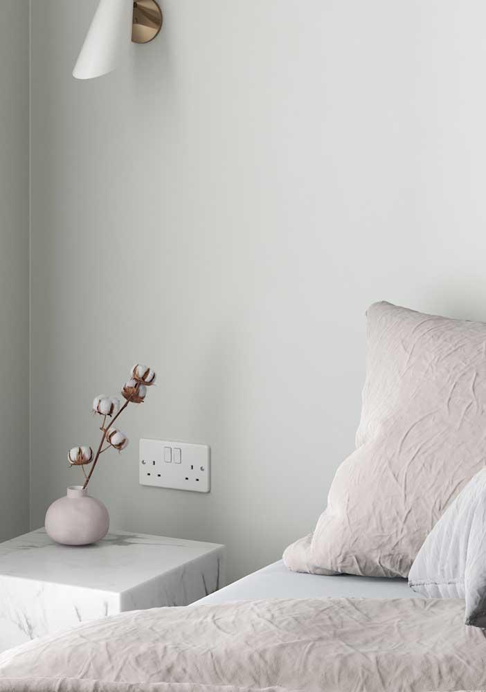 O branco ajuda a transmitir paz e tranquilidade para o quarto de casal decorado