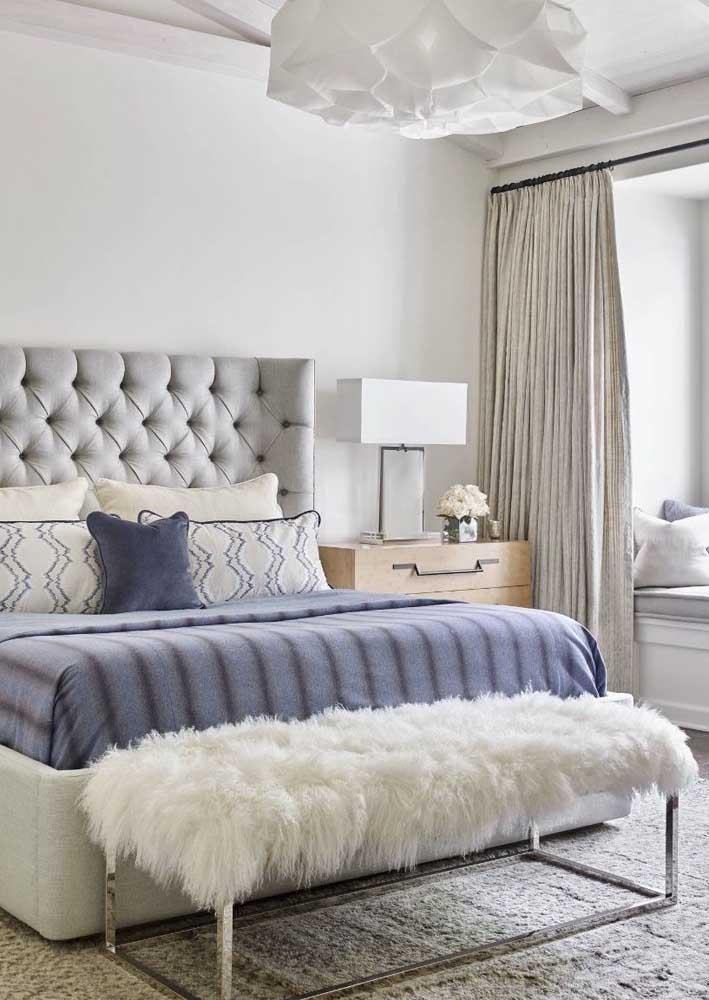 Conforto e elegância no quarto de casal decorado em tons de branco e azul