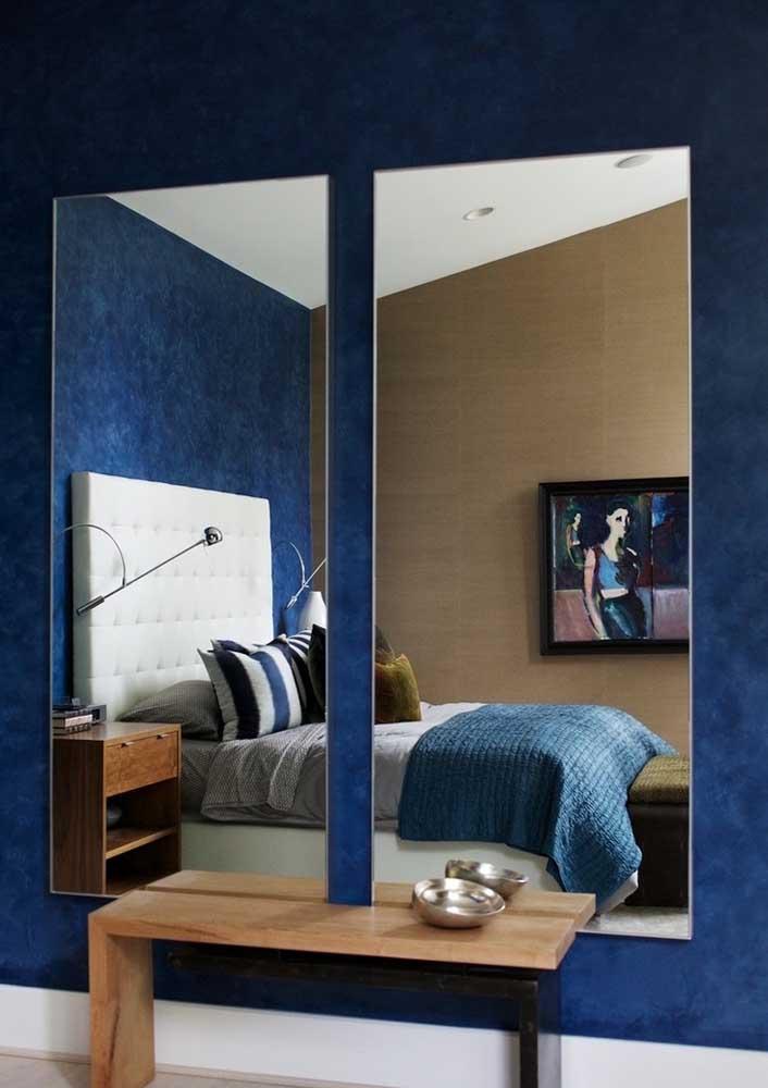Espelhos aumentam a luminosidade e garantem uma sensação de amplitude para o quarto decorado