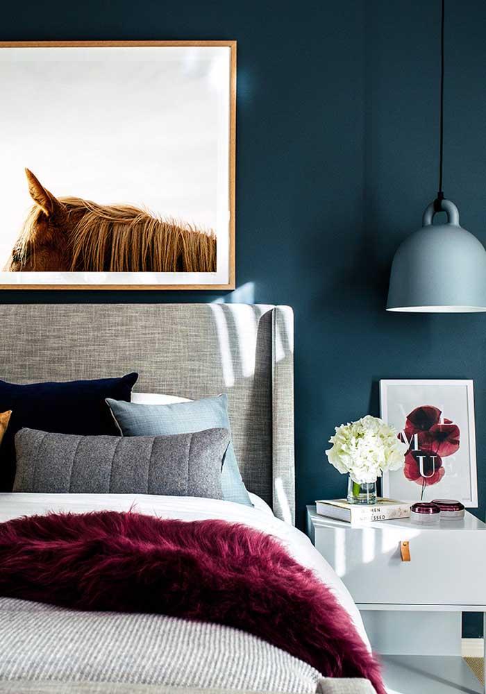 Combinação de cores complementares no quarto de casal decorado