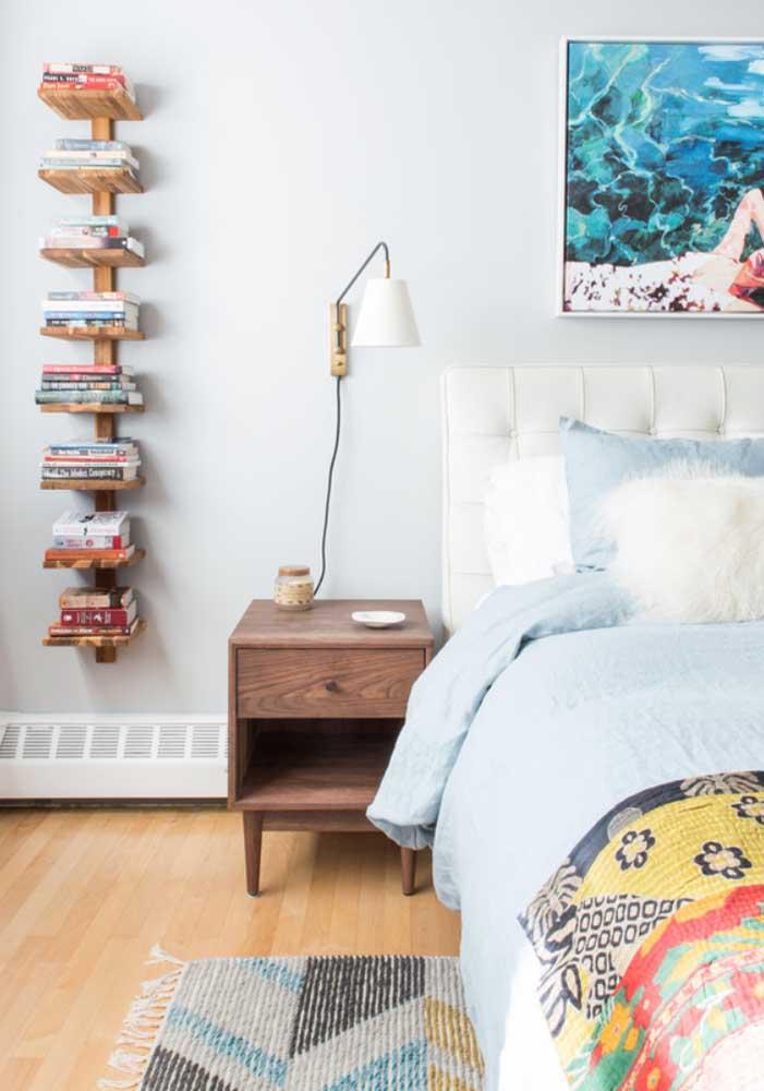 Quarto de solteiro decorado com livros na parede