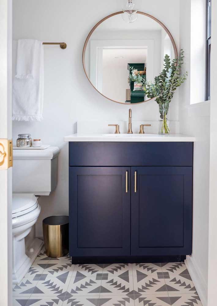 Revestimento em preto e branco para banheiro pequeno e simples