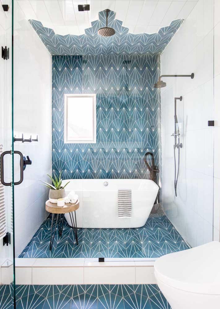 Revestimento para banheiro azul e branco na área do box