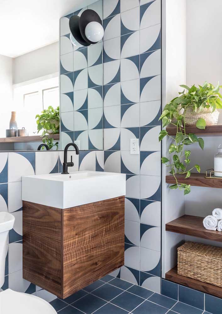 Revestimento para banheiro azul no piso e na parede
