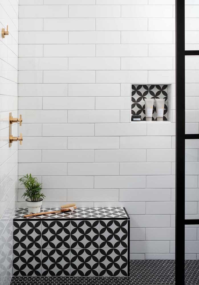 A elegância do branco e preto para revestimento do banheiro simples