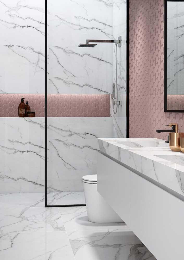 Que tal combinar mármore com um revestimento mais moderno?
