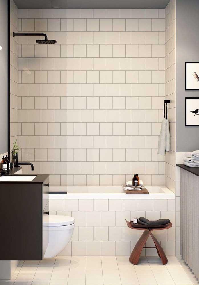 Azulejos brancos garantem o toque retrô ao banheiro