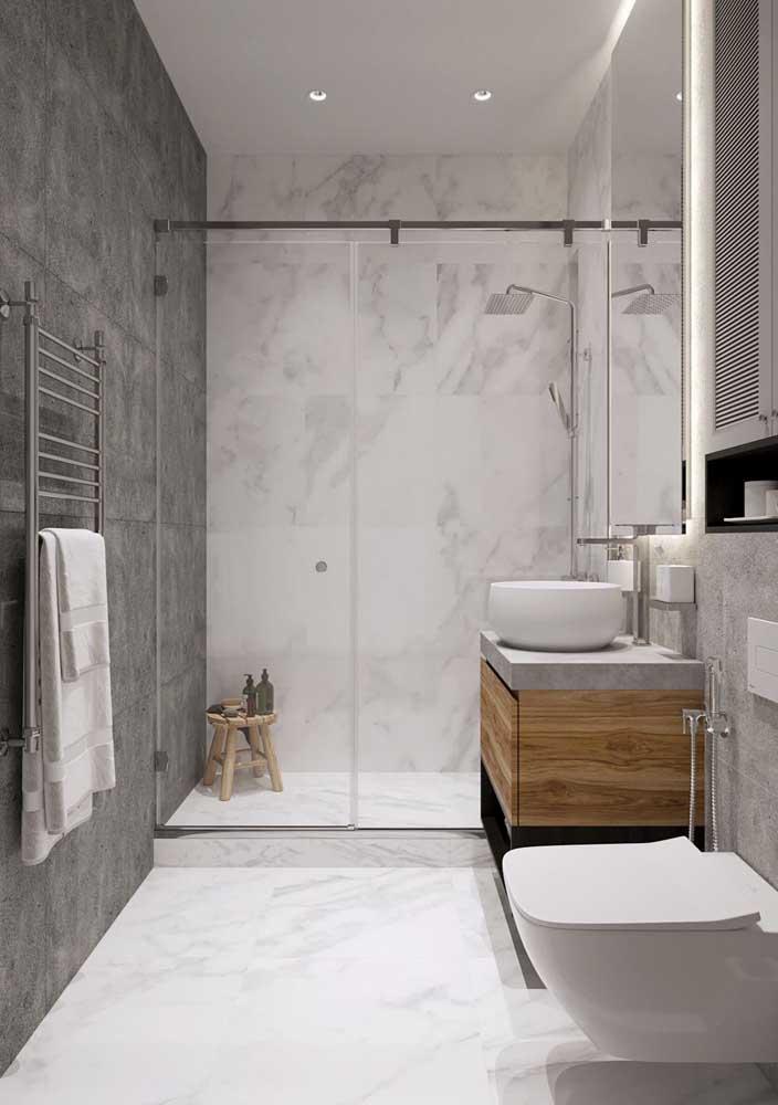 Branco e cinza: uma dupla de cores imbatível para revestir os banheiros