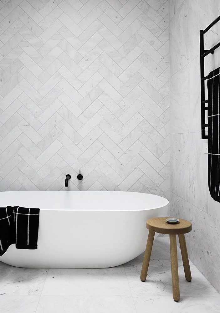 Revestimento branco e cinza para banheiro moderno