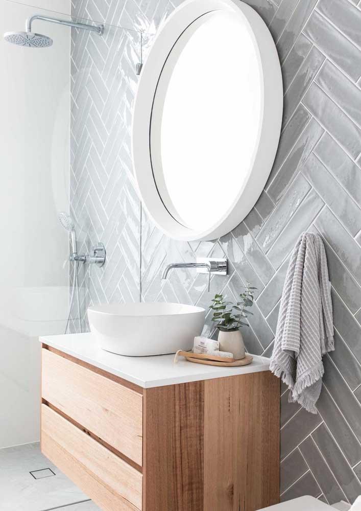 Os azulejos de metrô cinza trazem modernidade e sofisticação ao banheiro