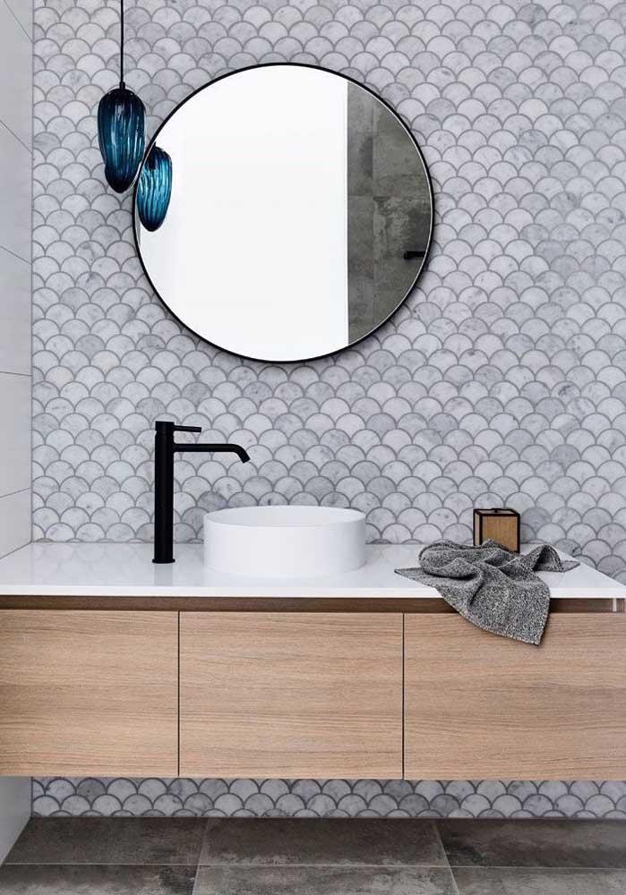 Escama de peixe na parede de destaque do banheiro