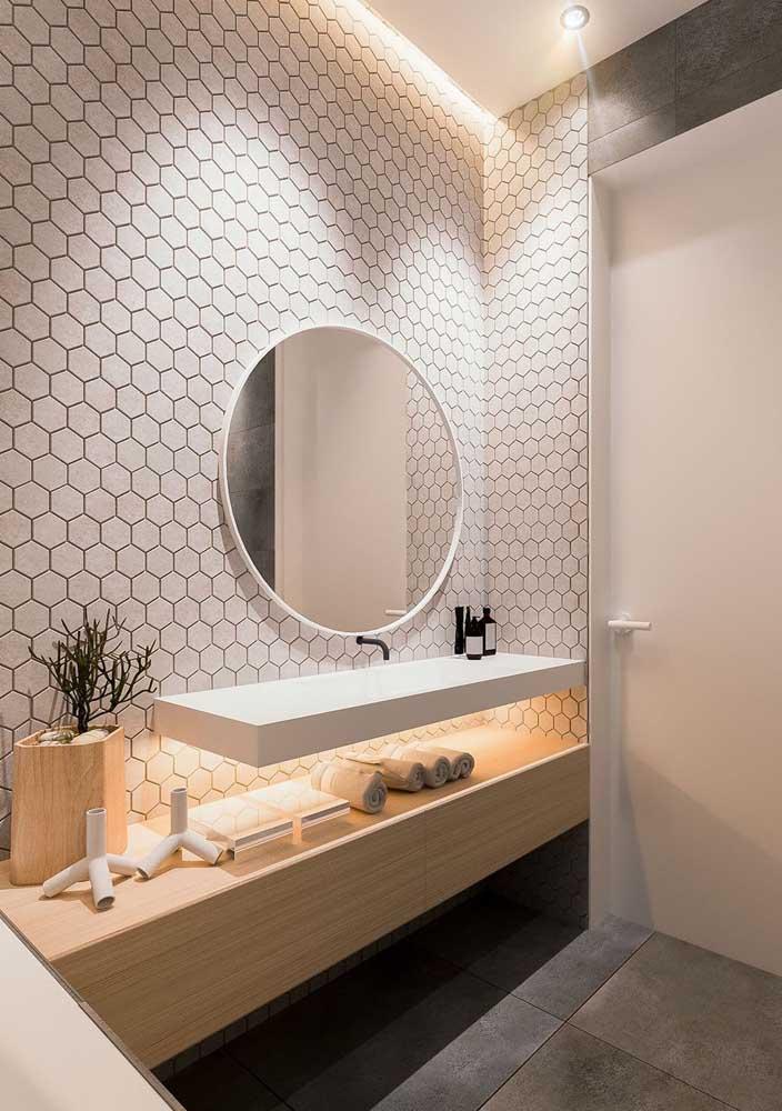 Uma iluminação especial para valorizar o revestimento do banheiro