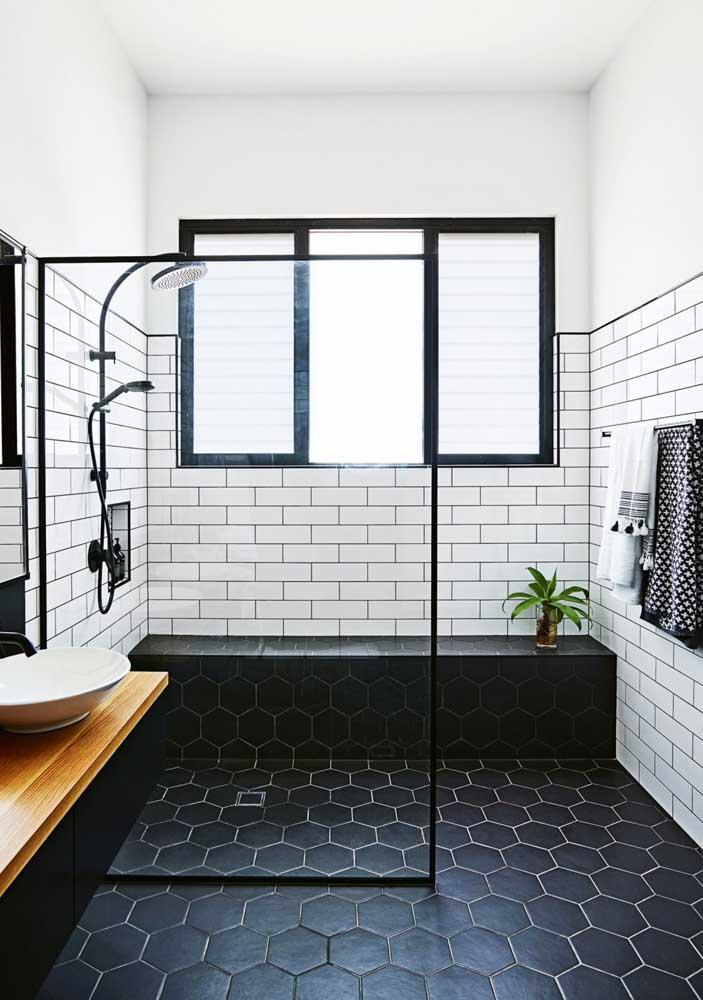 Quer um banheiro moderno, mas sem ousar demais? Invista nos revestimentos em preto e branco