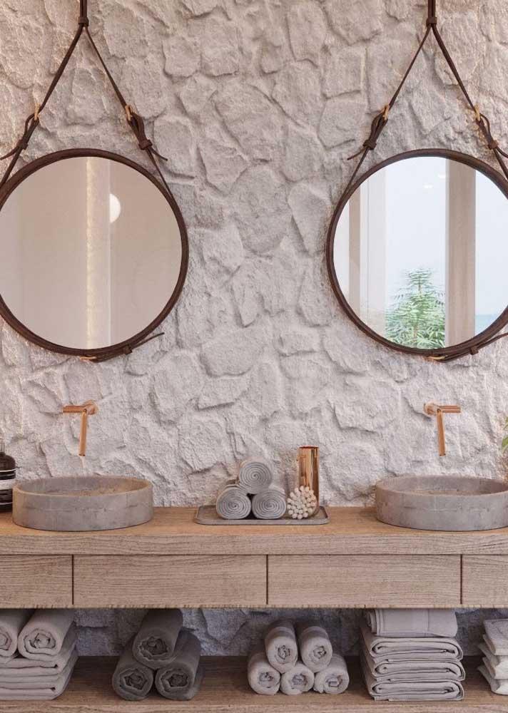Pedras naturais na parede do banheiro