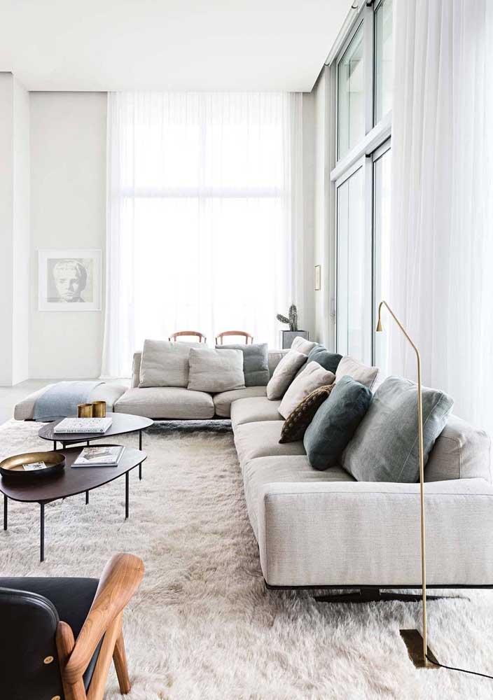 Cortina de voil branco para a sala de estar clean e moderna. Repare que a cor da cortina combina com as cores da parede