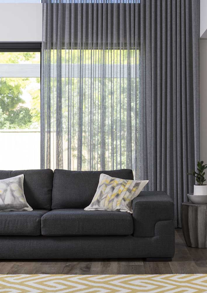 Voil cinza para a sala de estar. A luz é filtrada suavemente pelo tecido