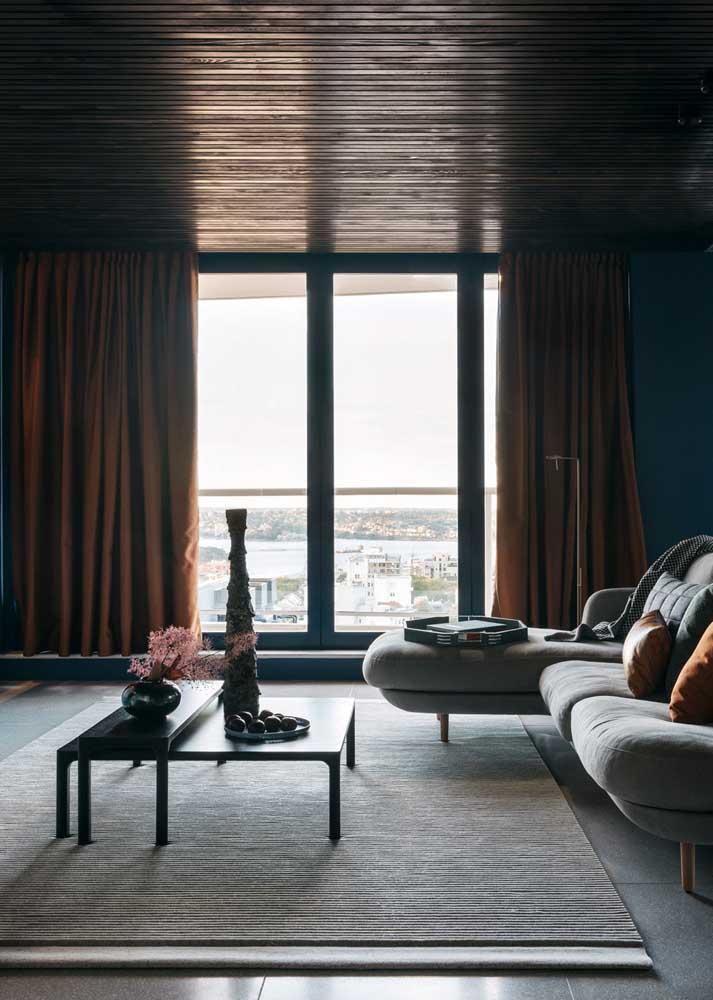Cortina de sarja marrom para vedar a entrada de luz na sala de estar