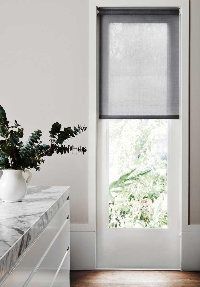 Cortina de rolo preta para um ambiente clean e minimalista