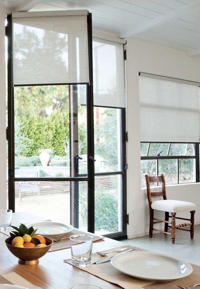 A cortina de rolo pode ser usada junto das janelas e das portas