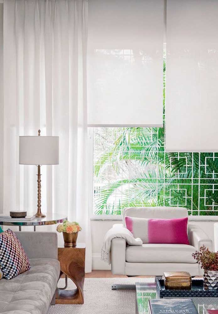 Cortina de rolo na sala de estar combinada com a cortina de voil