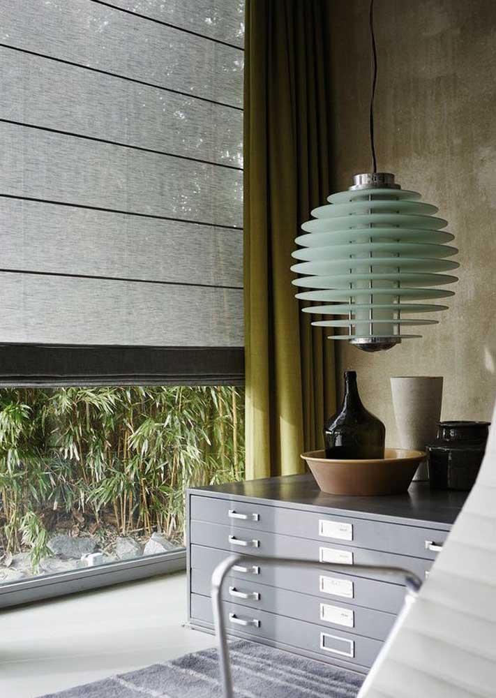 Cortina romana combinada com a cortina blackout usada por cima