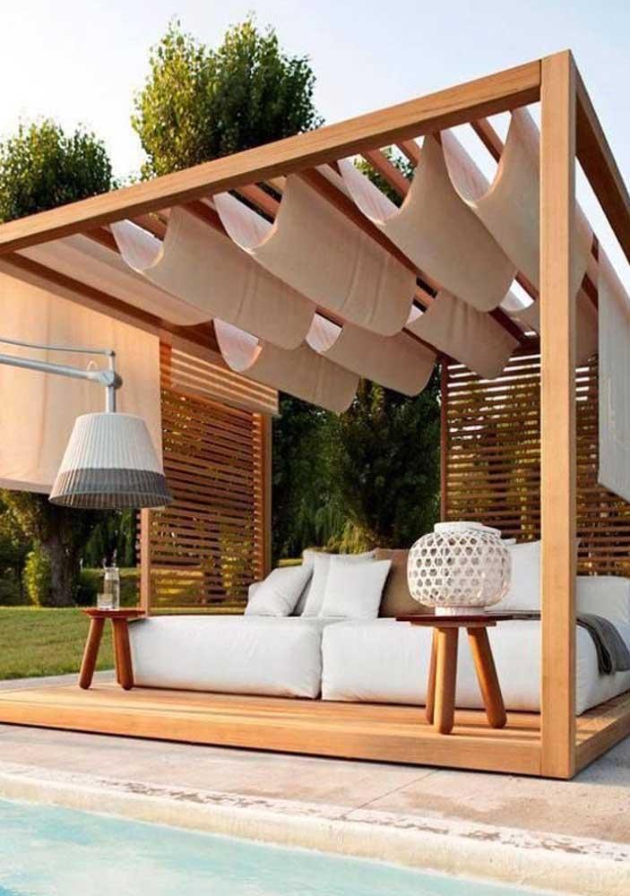 Além de filtrar a luminosidade, as cortinas de teto em áreas externas também controlam os raios UV, garantindo o conforto térmico