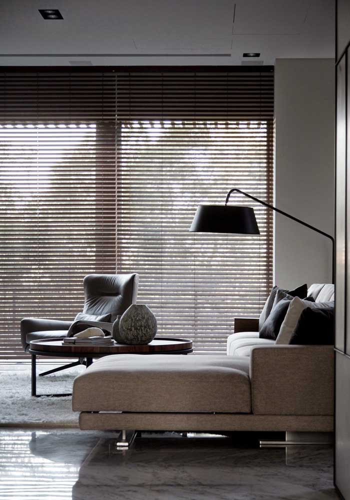 Persiana tradicional para a sala de estar: as lâminas permitem maior controle da luz e da ventilação