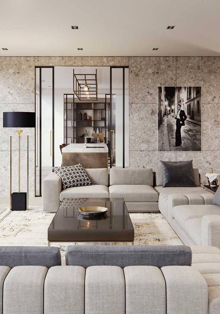 Nessa sala de estar, o mármore botticino se destaca no piso e nas paredes