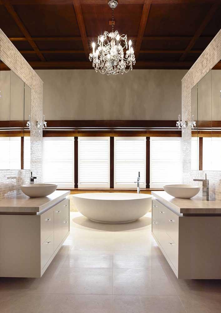 Um banheiro luxuoso com acabamento em mármore botticino