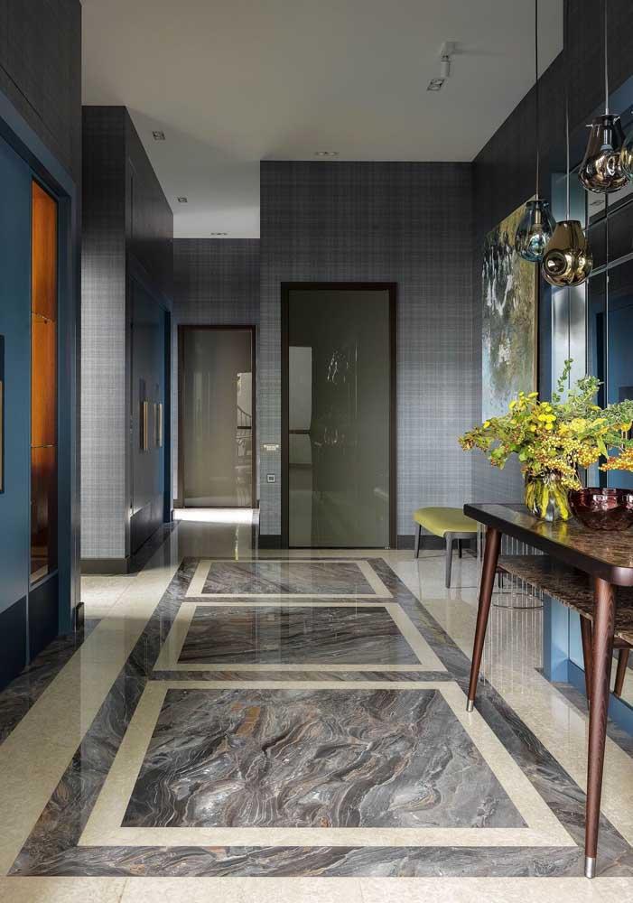 Aqui, o mármore botticino garante luxo e glamour ao corredor de passagem