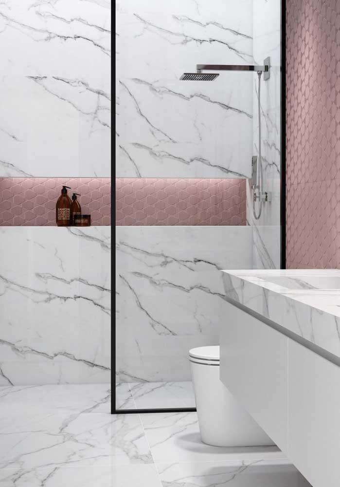 Banheiro revestido em mármore branco carrara