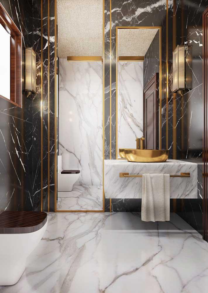 Combinação perfeita entre os mármores branco e preto aliados ao luxo dos detalhes em dourado