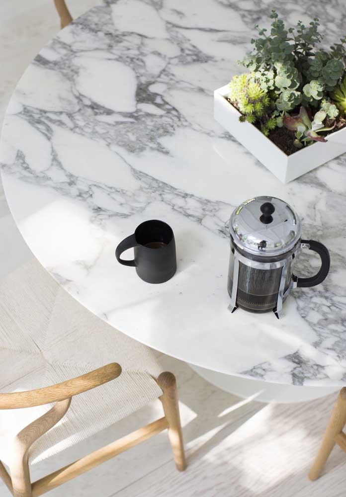 Que tal uma mesa com tampo de mármore branco carrara?