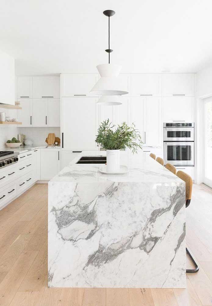 Não é só uma ilha de cozinha. É uma ilha feita de mármore carrara