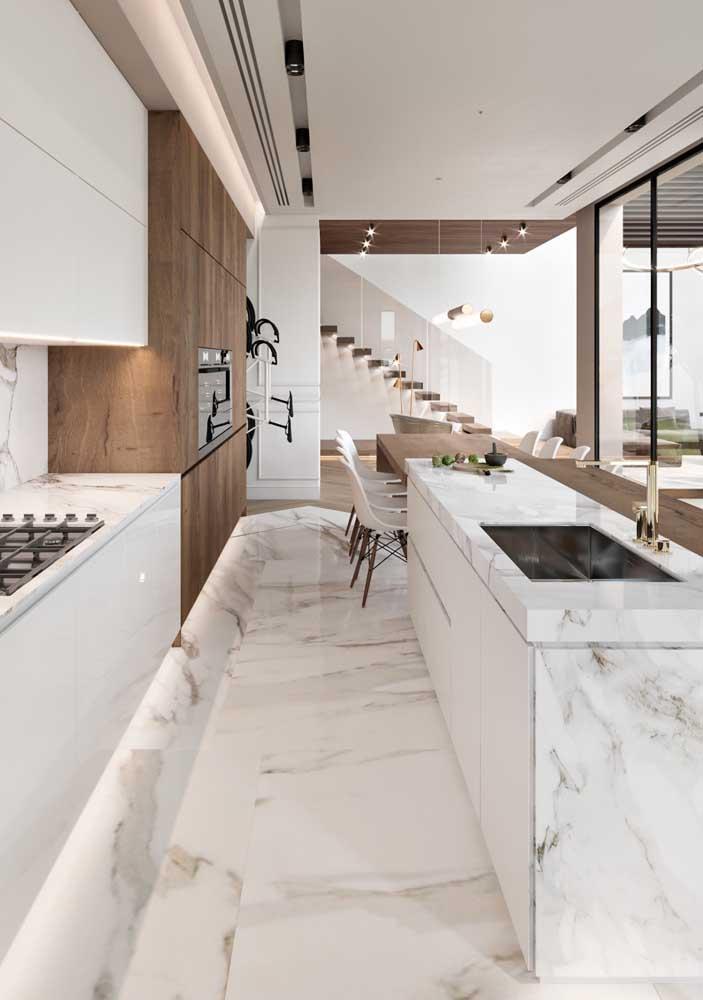 Cozinha com piso de mármore calaccata oro