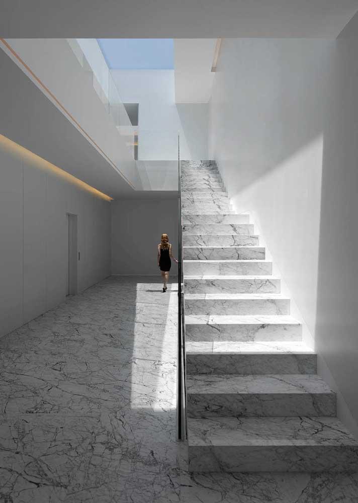 Piso e escada externa em mármore carrara gioia