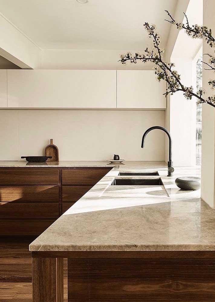 Bancada de mármore cremma combinada ao móvel de madeira
