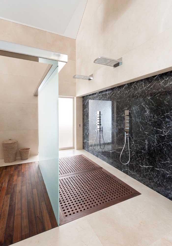 Mármore cremma no chão e mármore nero na parede